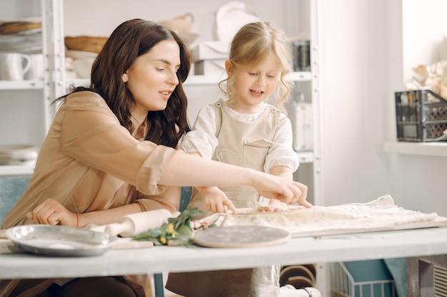 Portret van moeder en meisje die klei samen vormen Gratis Foto