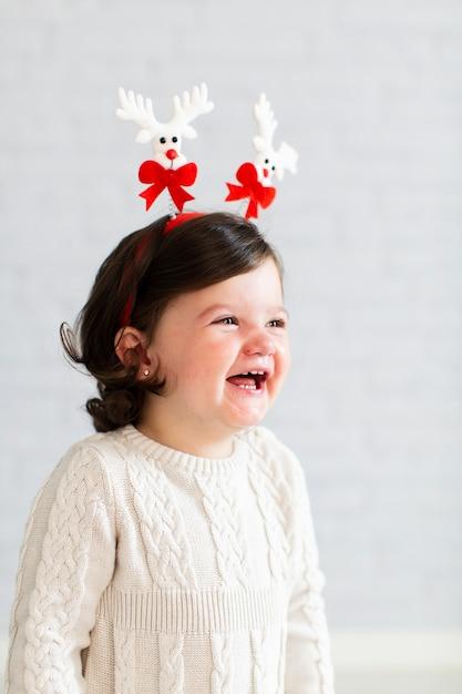 Portret van mooi glimlachend meisje Gratis Foto