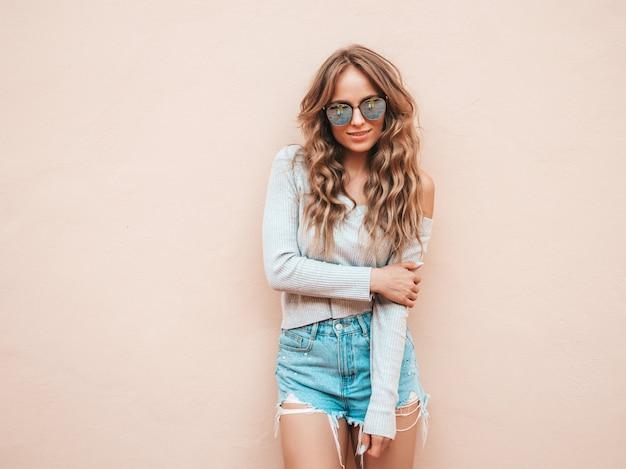 Portret van mooi glimlachend model gekleed in de kleren van de zomer hipster jeansborrels Gratis Foto