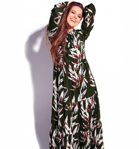 Portret van mooi kaukasisch het glimlachen donkerbruin vrouwenmodel in donkergroene avond modieuze die kleding op witte achtergrond wordt geïsoleerd Gratis Foto