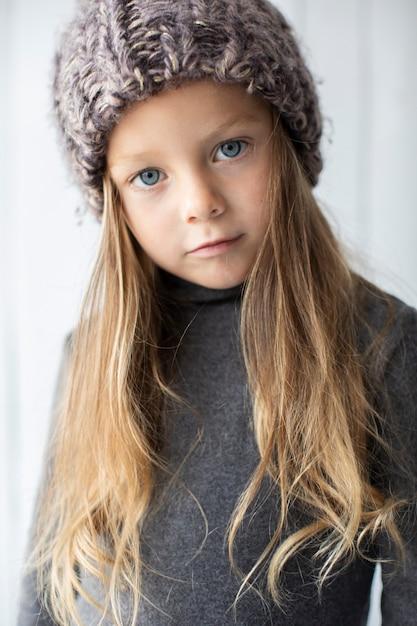 Portret van mooi meisje met blauwe ogen Gratis Foto