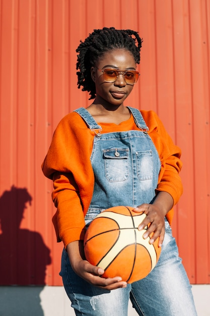 Portret van mooi meisje poseren met basketbal bal Gratis Foto