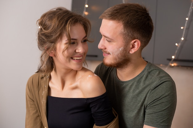 Portret van mooi paar in keuken tijdens ontbijttijd Premium Foto