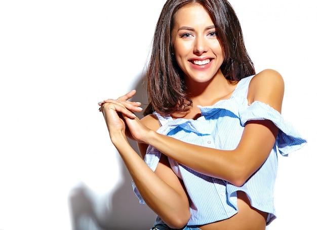 Portret van mooi vrouwenmodel in toevallige de zomerkleren zonder make-up op witte muur Gratis Foto
