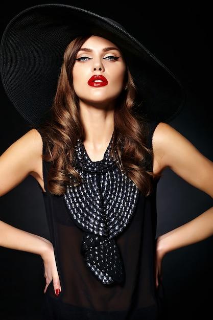 Portret van mooi vrouwenmodel met uitstekende kleren Gratis Foto