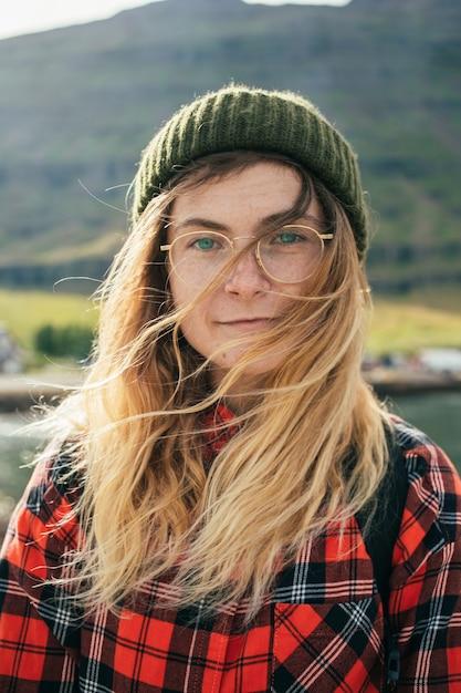 Portret van mooie authentieke scandinavische vrouw Gratis Foto