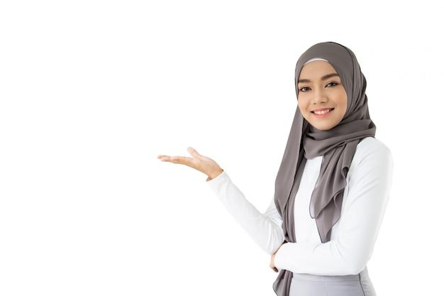 Portret van mooie aziatische moslimstudent die een boek en een potlood, het moslimstudent denken houden. Premium Foto