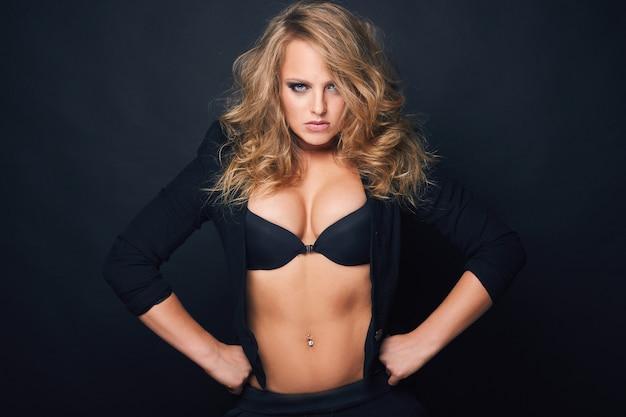Portret van mooie blonde sexy vrouw op zwarte achtergrond Gratis Foto