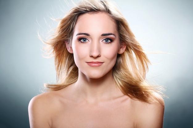 Portret van mooie blonde Gratis Foto