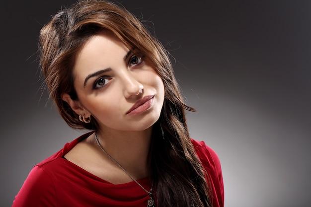 Portret van mooie brunette met lang haar Gratis Foto