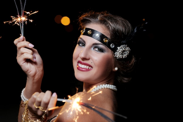 Portret van mooie glimlachende vrouwen met vuurwerk Gratis Foto