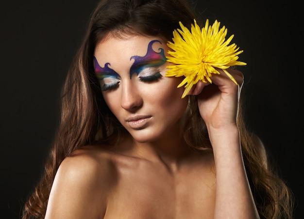 Portret van mooie jonge vrouw met delicate bloemen Premium Foto