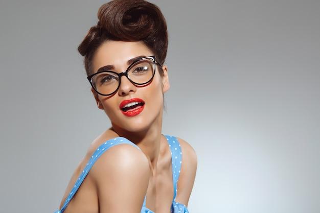 Portret van mooie pin-up vrouw draagt een bril Gratis Foto