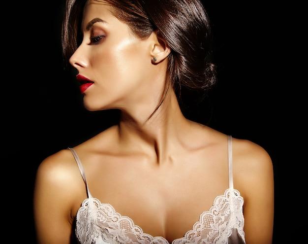 Portret van mooie sensuele schattige sexy brunette vrouw met rode lippen in pyjama's lingerie op zwarte achtergrond Gratis Foto