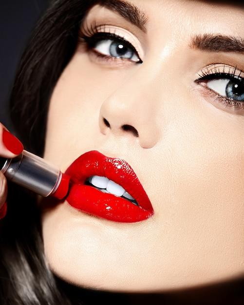 Portret van mooie sexy stijlvolle blanke jonge vrouw model met rode lippen Gratis Foto