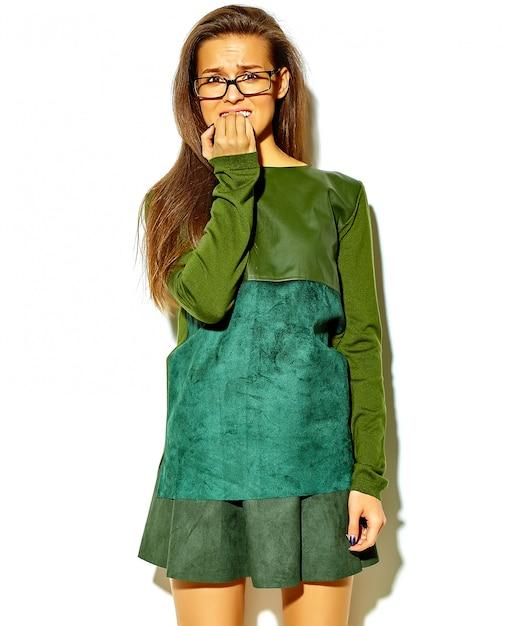 Portret van mooie stijlvolle jonge vrouw met een bril Gratis Foto