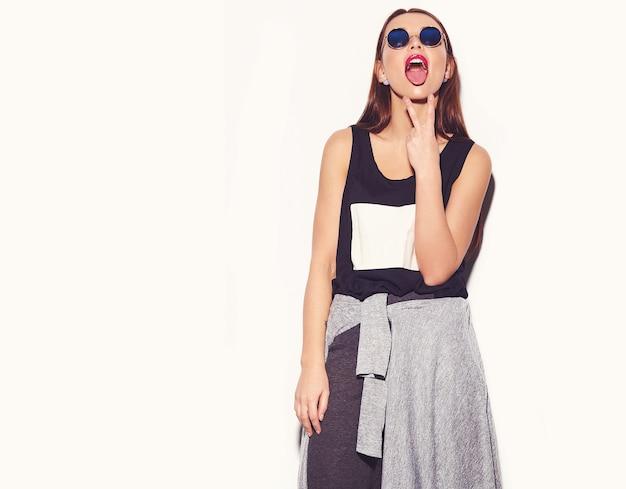 Portret van mooie stijlvolle jonge vrouw met zonnebril Gratis Foto