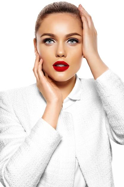 Portret van mooie stijlvolle jonge vrouw Gratis Foto