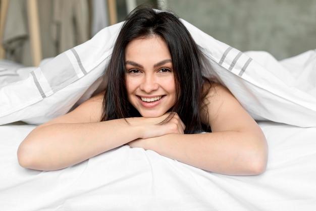 Portret van mooie vrouw die lacht Gratis Foto