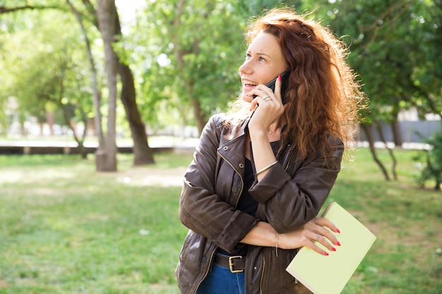 Portret van mooie vrouw die vriend roept Gratis Foto