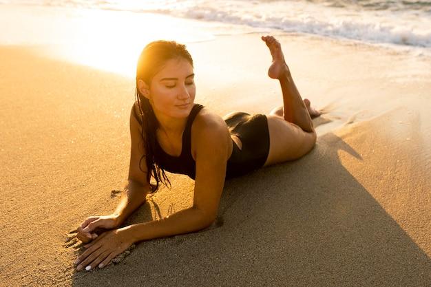 Portret van mooie vrouw die zich voordeed op het strand Premium Foto