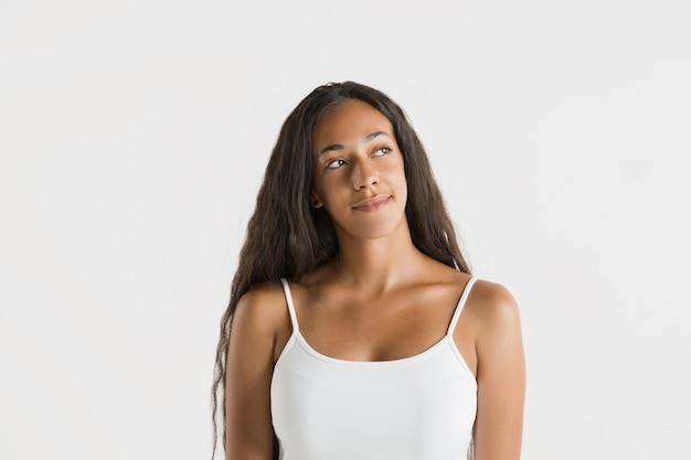Portret van mooie vrouw geïsoleerd op een witte muur Gratis Foto