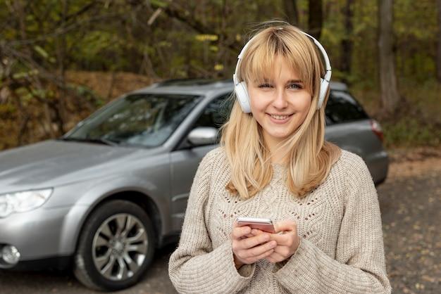 Portret van mooie vrouw het luisteren muziek Gratis Foto