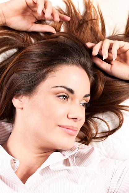 Portret van mooie vrouw met gezond lang haar Gratis Foto