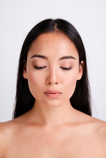 Portret van mooie vrouw met heldere huid Gratis Foto