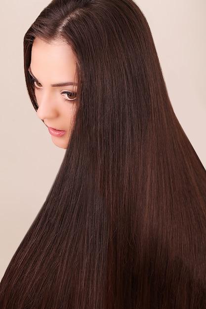 Portret van mooie vrouw met lang haar. Premium Foto