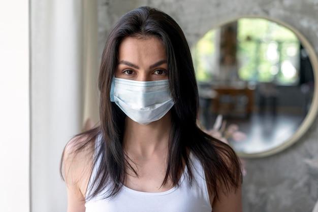Portret van mooie vrouw met medische masker Premium Foto