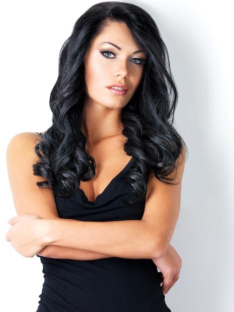 Portret van mooie vrouw met schoonheid lang bruin haar - Gratis Foto