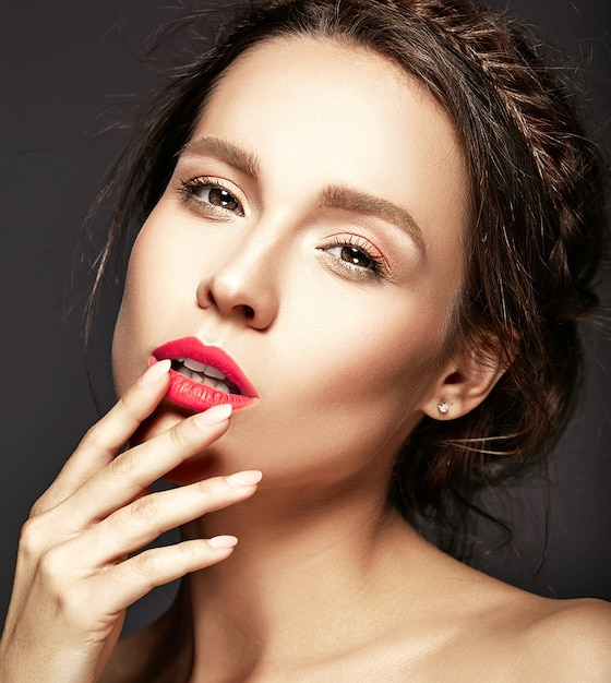 Portret van mooie vrouw met verse dagelijkse make-up wat betreft haar mond Gratis Foto