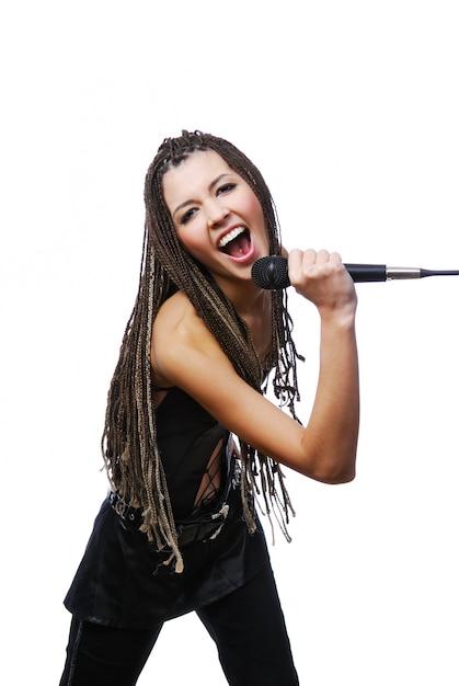 Portret van mooie zangeres meisje zingen met de microfoon in handen Gratis Foto