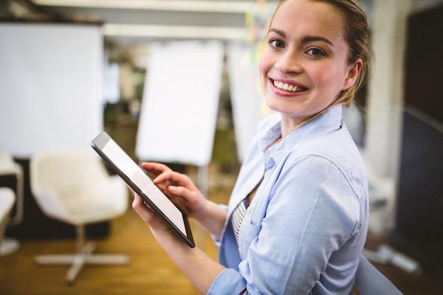 Portret van onderneemster die digitale tablet gebruiken Premium Foto