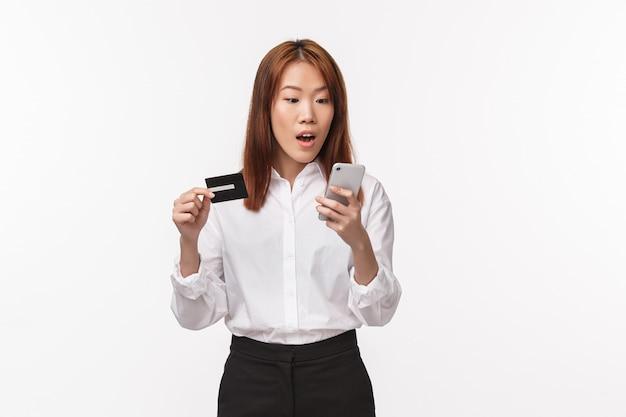 Portret van opgewonden schattige aziatische vrouwelijke shopaholic online bestellen Premium Foto
