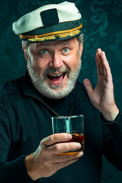 Portret van oude kapitein of zeeman man in zwarte trui Gratis Foto