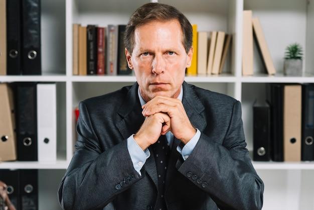 Portret van overpeinsde volwassen zakenman Gratis Foto