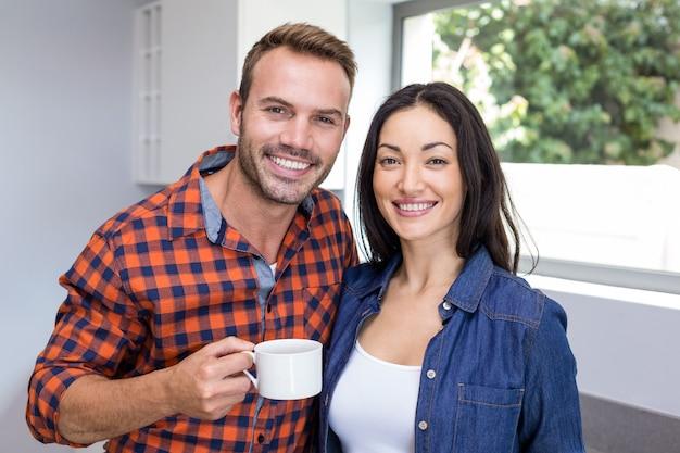 Portret van paar dat thee heeft Premium Foto