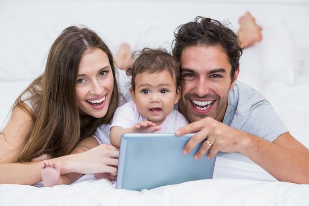 Portret van paar met baby en tablet Premium Foto