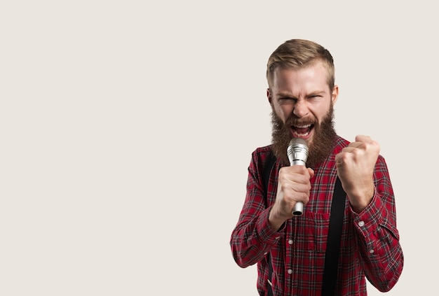 Portret van persoon met microfoon Gratis Foto