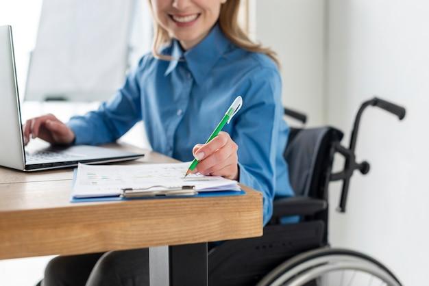 Portret van positieve vrouw die op het kantoor werkt Gratis Foto