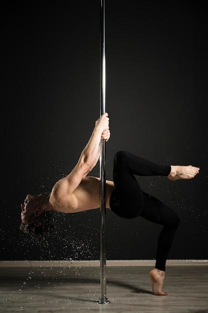 Portret van professioneel mannelijk model dat een pooldans uitvoert Gratis Foto