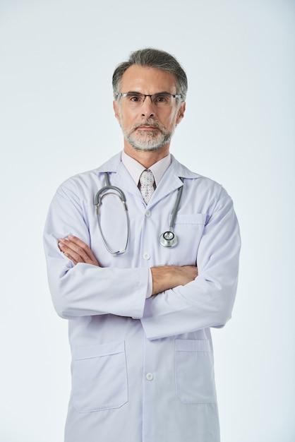 Portret van professionele medische werknemer poseren voor een foto met gevouwen armen Gratis Foto
