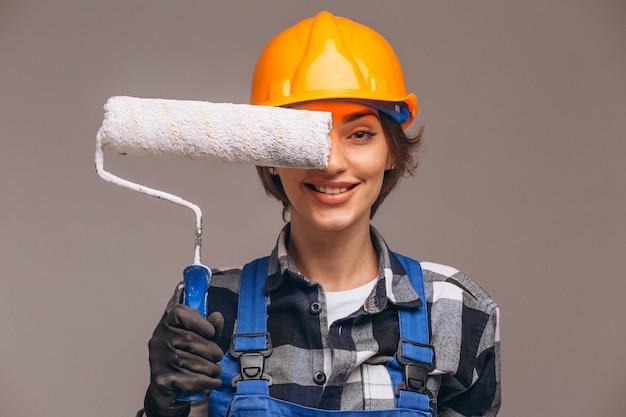 Portret van reparateurvrouw met geïsoleerde het schilderen van rol Gratis Foto