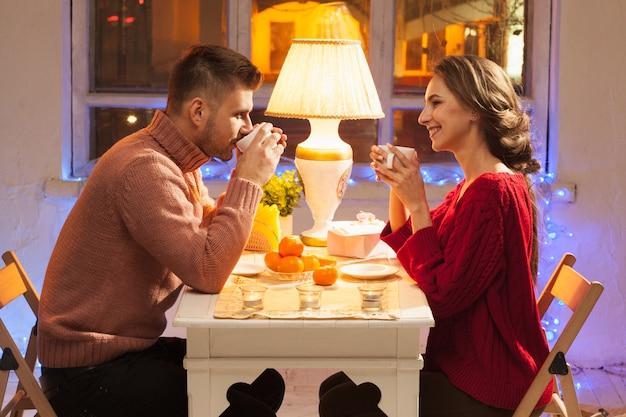 Portret van romantische koppel Gratis Foto