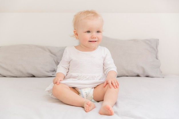 Portret van schattig babymeisje wegkijken Gratis Foto