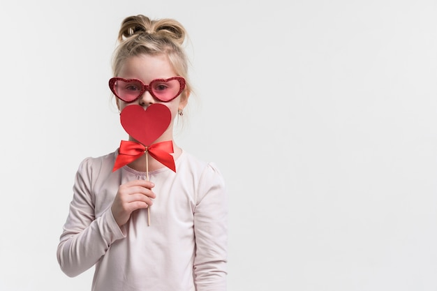 Portret van schattig jong meisje met zonnebril Gratis Foto