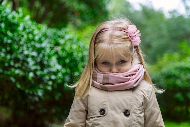 Portret van schattig klein meisje in het park Premium Foto