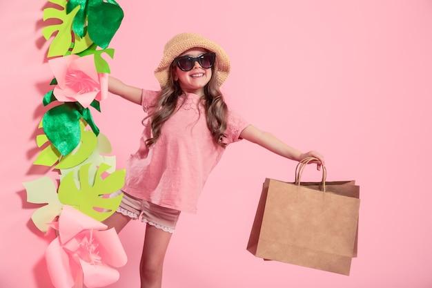 Portret van schattig klein meisje met boodschappentas Gratis Foto